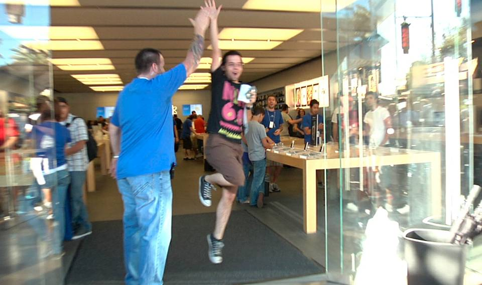 iPhone 4 Launches as Hundreds Wait