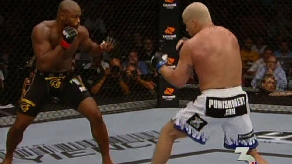 Rashad Evans defeats Tito Ortiz at UFC 133
