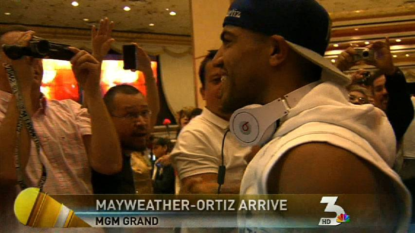 Boxers Mayweather, Ortiz make grand enterence
